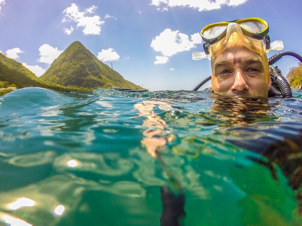 À ma sortie de l'eau, à Sugar Beach, avec Petit Piton en arrière plan.
