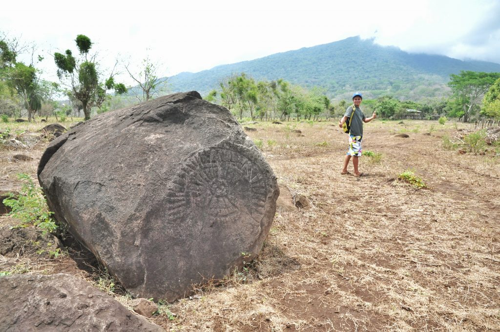 Ronny et un pétroglyphe représentant un calendrier