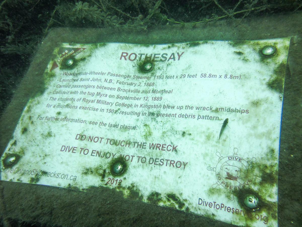 La plaque installée devant le Rothesay par Save Ontario Shipwrecks