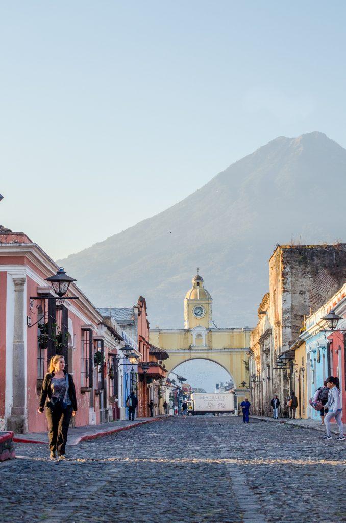 Calle del Arco aux petites heures du matin, avec le volcan Agua en arrière plan.