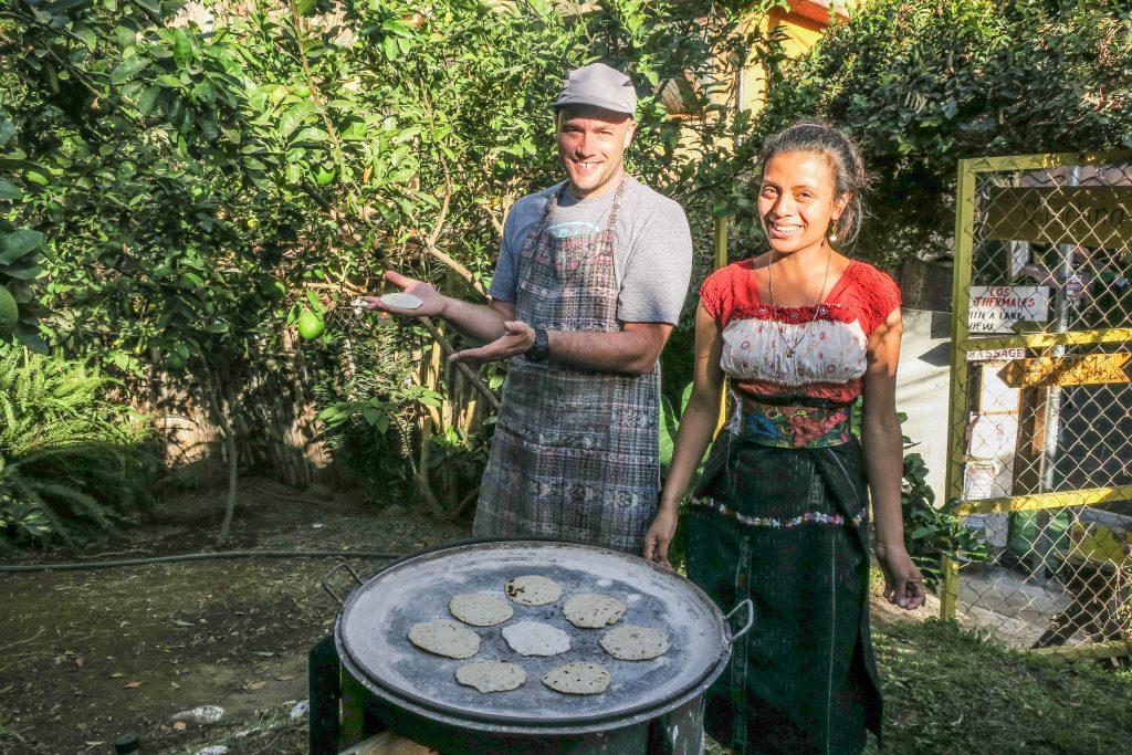 Noémi prépare les tortillas